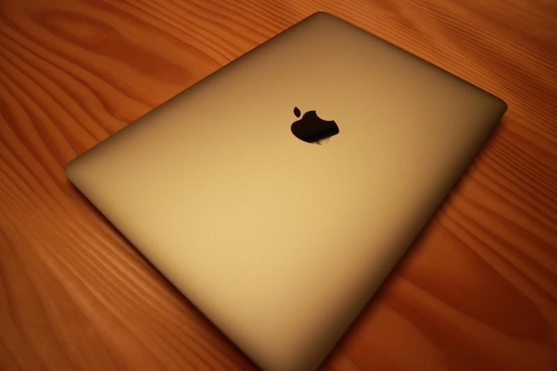 Macbookを斜めから撮った画像