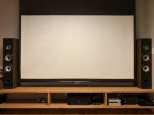 ホームシアターのスクリーンとスピーカー