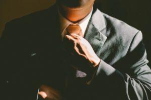 スーツをしめる人