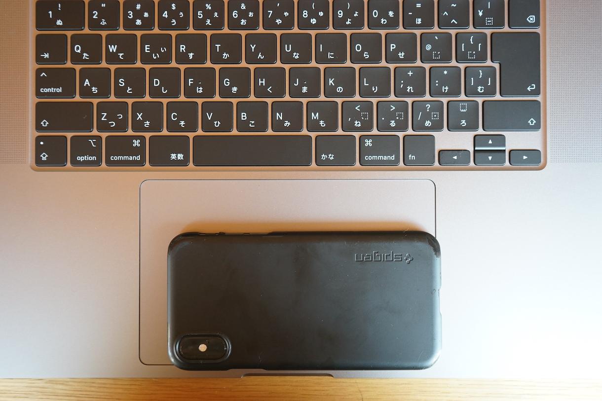 MacbookPro16インチのトラックパッドとiPhoneを比較