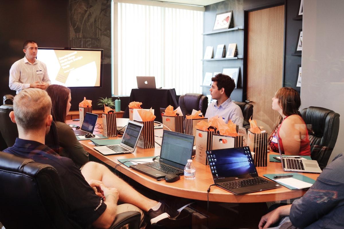 会社内でミーティングしているイメージ画像