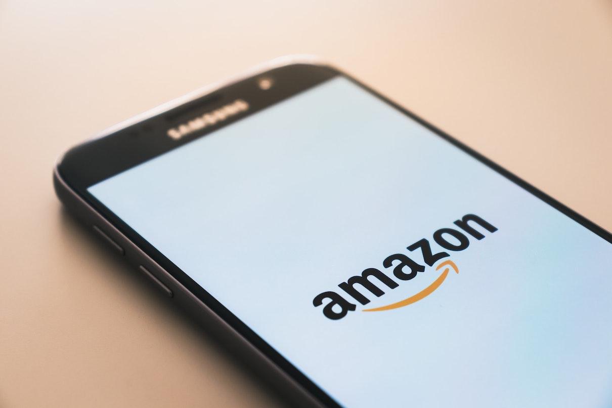 アマゾンのロゴが表示されたスマホの画面